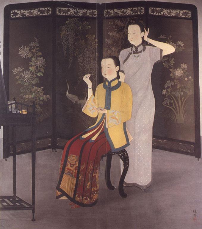 繪畫中一名婦女坐在化妝台前拿著筆正在化妝,身後站著另一名婦女正在撥弄著頭髮;她們身後則是有著一面裝飾精美的屏風。