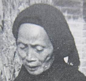 西拉雅族老婦的頭上蒙著黑頭巾